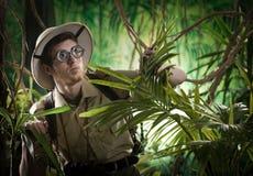 在密林失去的年轻探险家 免版税图库摄影