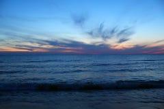 在密歇根湖的夏天日落 免版税库存照片