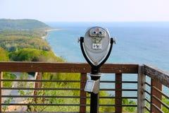 在密歇根湖的旅游双筒望远镜俯视 库存照片