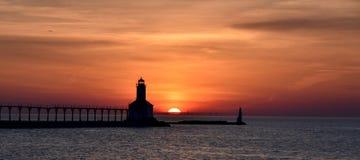 在密歇根湖的日落 免版税库存图片