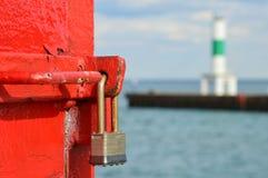 在密歇根湖的红色北部码头灯塔锁在Kenosha, WI 免版税库存图片