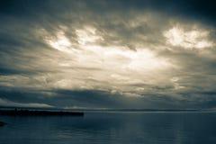 在密歇根湖的风雨如磐的天空 图库摄影