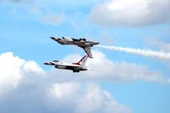 在密级队形的美国空军队雷鸟 图库摄影
