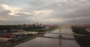 在密苏里河桥梁建筑学下班时间交通堪萨斯城MO 股票视频