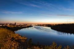 在密苏里河的城市光 免版税库存图片