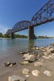 在密苏里河的铁路桥梁 免版税库存照片