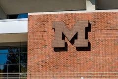 在密西根大学的砖埋置的商标 库存照片