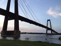在密西西比河的吊桥 免版税库存照片