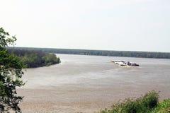 在密西西比河的大驳船 免版税库存照片