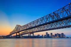 在密西西比河的新月形城市连接桥梁 免版税库存图片