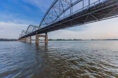 在密西西比河的百年桥梁在达文波特,衣阿华,美国 库存照片