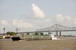在密西西比河的运转的驳船 库存照片