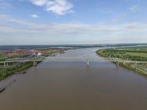 在密西西比河的铁桥梁接近新奥尔良, Louisinanna 退伍军人纪念桥梁,埃德加 免版税库存照片