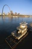 在密西西比河的驳船 库存照片