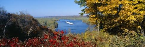 在密西西比河的驳船 免版税库存图片