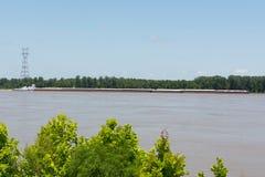 在密西西比河的驳船; 库存照片