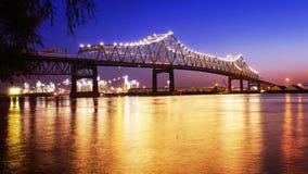 在密西西比河的巴吞鲁日桥梁在路易斯安那在晚上 免版税库存图片