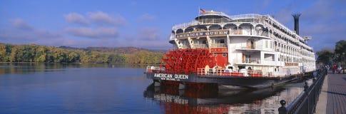 在密西西比河,威斯康辛的美国女王/王后桨轮船 免版税图库摄影