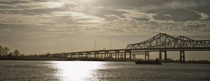 在密西西比河,新奥尔良的双胞胎桥梁 免版税图库摄影