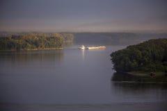 在密西西比河,早晨的驳船 免版税库存照片