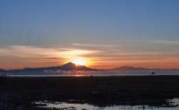 在富士山的日出观察从一个相邻峰顶 噬菌体 库存照片