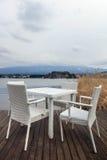 在富士山背景的白色餐桌 库存照片