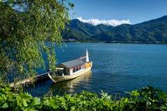 在富士山运送在与蓝天和云彩水湖的夏天 免版税库存图片