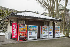 在富山城堡前面的自动售货机 免版税库存图片