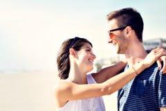 在富感情地拥抱在海前面的爱的夫妇 库存图片
