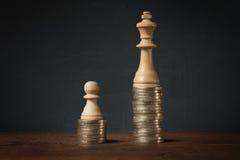 在富有和贫寒之间的收入区别 免版税库存照片