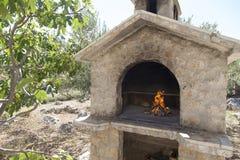 在富有的bbq壁炉的火 库存照片