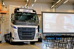 在富豪集团卡车和雷诺卡车巡回演出的新的富豪集团FH卡车 免版税图库摄影