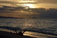 在富饶海岛斐济的美好的日落 免版税图库摄影