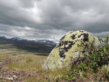 在寒带草原平原的石头 免版税库存照片