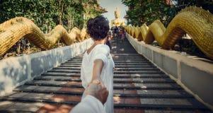 在对大菩萨的途中 植物园nong nuch pattaya泰国 女孩由手拿着人 跟我学 图库摄影