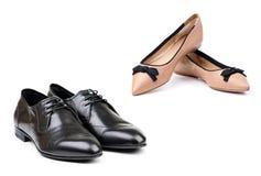 在对的人穿上鞋子二个白人妇女 免版税库存照片