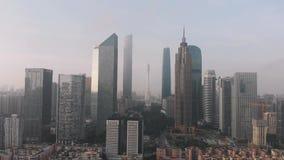 在对称框架,与摩天大楼,办公室中心 重点是广州塔 楼下小区, 股票录像