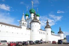 在对罗斯托夫克里姆林宫的入口在一晴朗的7月天 大教堂demetrius金黄环形俄国st旅行vladimir 库存图片