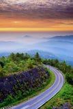 在对自然和好的天空的途中 免版税库存照片