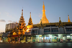 在对Sule塔的入口在晚上微明下 缅甸仰光 免版税库存图片