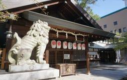 在寺庙前面的日本狮子雕塑在寺庙Hida Ko 库存图片