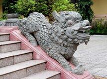 在寺庙台阶的Qilin小龙雕象 免版税库存图片