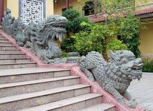 在寺庙台阶的Qilin小龙雕象 库存图片