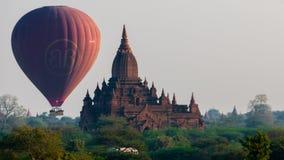 在寺庙后的热空气气球在Bagan 库存照片