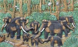 在寺庙墙壁上的大象泰国灰泥 免版税库存照片