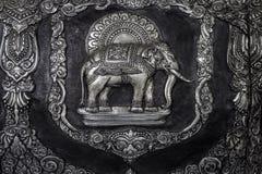 在寺庙墙壁上的大象雕塑 库存照片