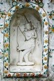 在寺庙墙壁上的泰国雕塑 免版税库存照片