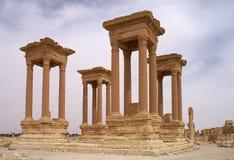 在寺庙复合体的Tetrrapylone在扇叶树头榈叙利亚 库存图片