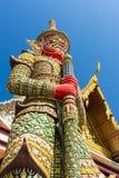 在寺庙屋顶前面的巨人在Wat Phra keaw,曼谷,泰国 免版税库存照片