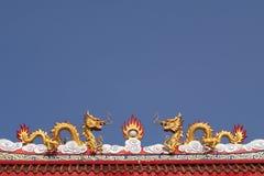 在寺庙屋顶的两个中国龙雕塑 免版税图库摄影